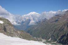 Внизу ущелье Адыл-су, над облаками Эльбрус