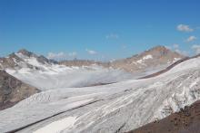 Ледовая лапа Эльбруса не ослепительно белая - солнце ее уничтожит