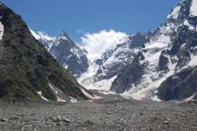 А было здесь ровное снежное поле ледника
