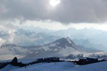 На Эльбрусе непогода и гряда рыночного хлама