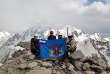 Знамя МИЭТ (картинка) на вершине ВИА-тау