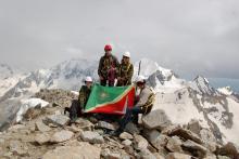 Знамя Зеленограда на вершине ВИА-тау